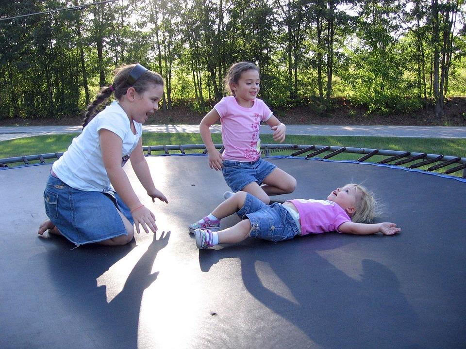 dětské hraní na trampolíně