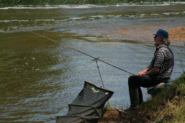 rybář s kšiltovkou