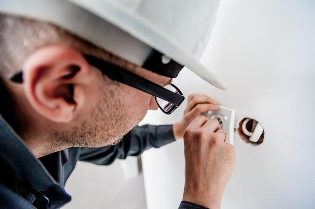 elektrikář s helmou.jpg