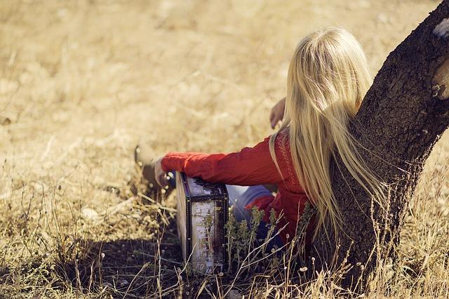 blondýna s kufrem.jpg