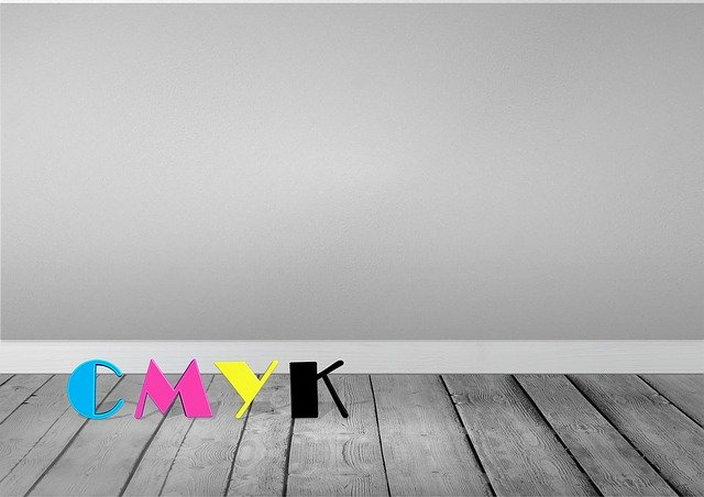 barevný nápis cmyk, šedá stěna a podlaha