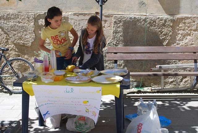 Děti prodávají občerstvení