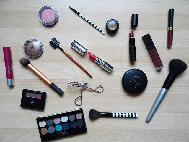 Každá žena má doma alespoň jeden kus make-upu