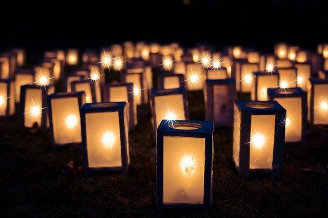 rozsvícené elektrické lucerny